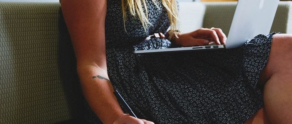 Frau Laptop auf Schoß
